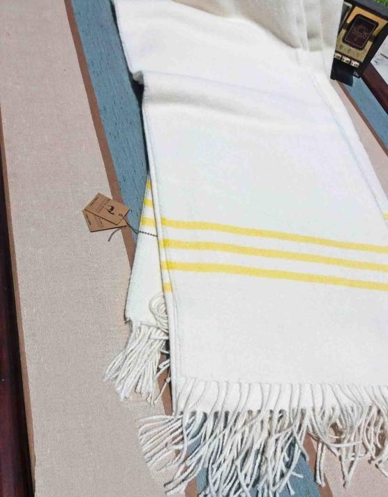 Baby Alpaca throw blanket white-yellow stripe_ V444_AMZN_sddd